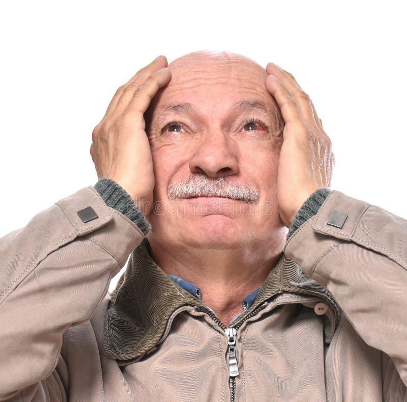 Homme supérieur avec l'oeil injecté de sang rouge irrité souffrant de la douleur image stock