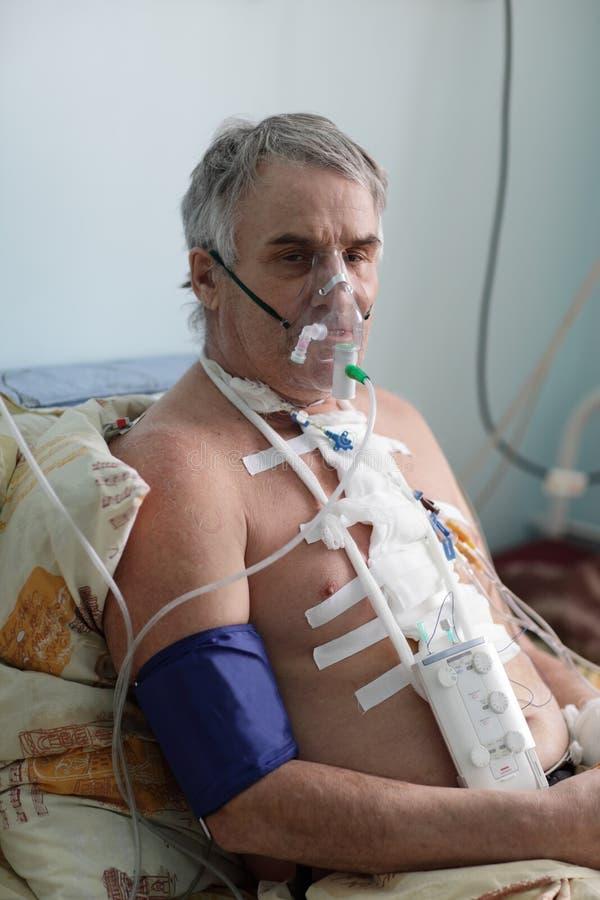 Homme supérieur avec le masque à oxygène photo stock