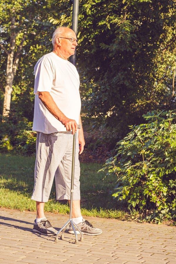 Homme supérieur avec son bâton de marche image stock