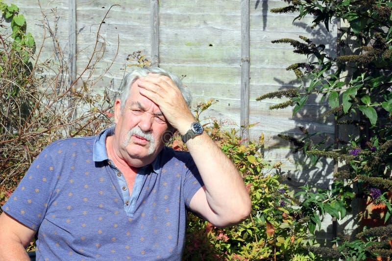 Homme supérieur avec un mal de tête. photo libre de droits