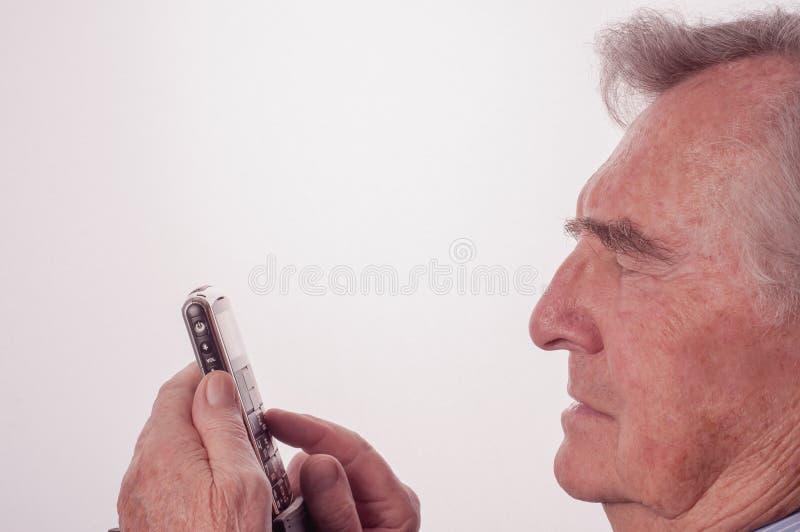 Homme supérieur ayant des problèmes avec son téléphone portable image libre de droits