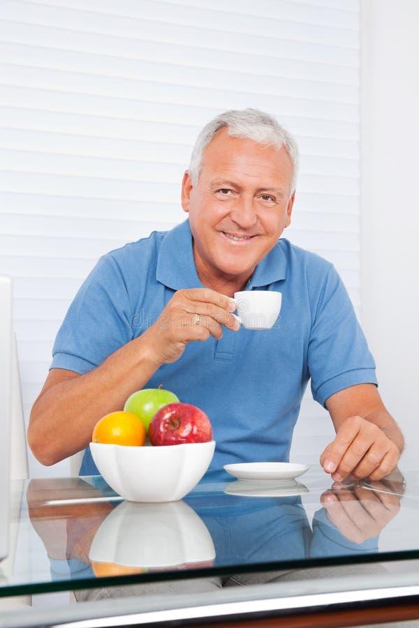 Homme supérieur ayant la tasse de thé images libres de droits