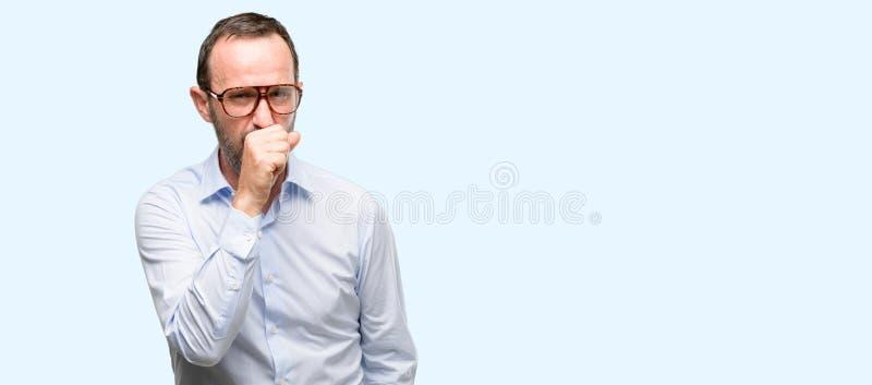 Homme supérieur bel d'isolement au-dessus du fond bleu photos stock