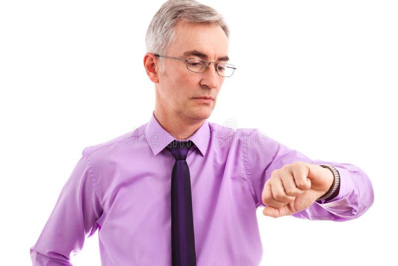 Homme supérieur d'affaires regardant pour observer d'isolement photographie stock