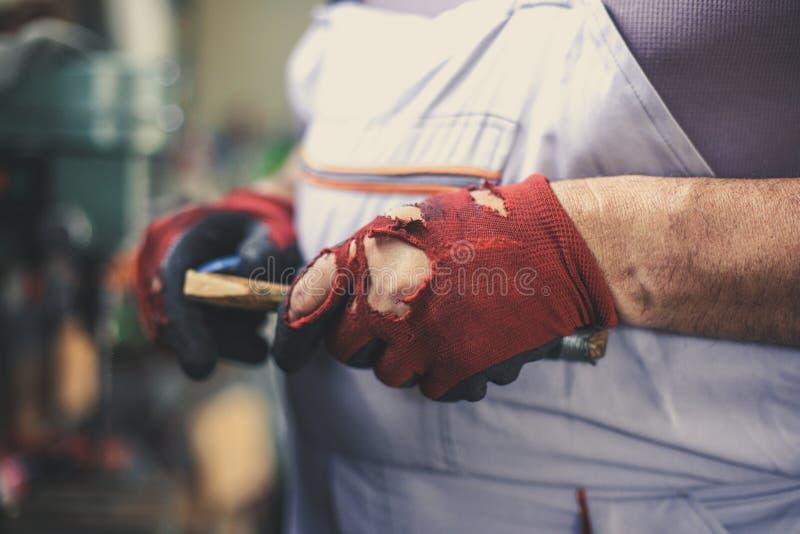 Homme supérieur dans l'atelier L'homme divise le bois Fin vers le haut photo libre de droits