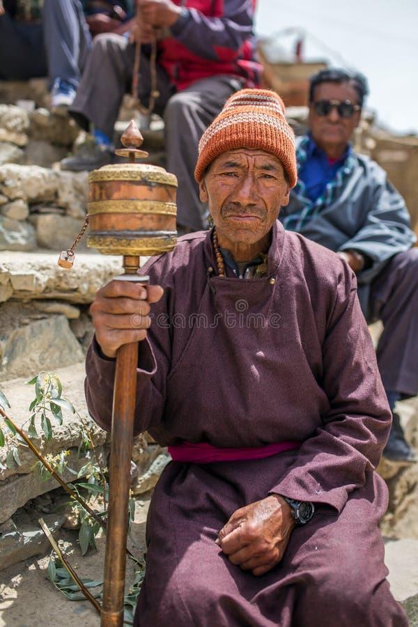 Homme supérieur de ladakhi non identifié pendant le festival bouddhiste au monastère de Lamayuru Gompa, Ladakh, Inde du nord photographie stock libre de droits