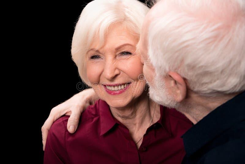 Homme supérieur embrassant la femme photos stock