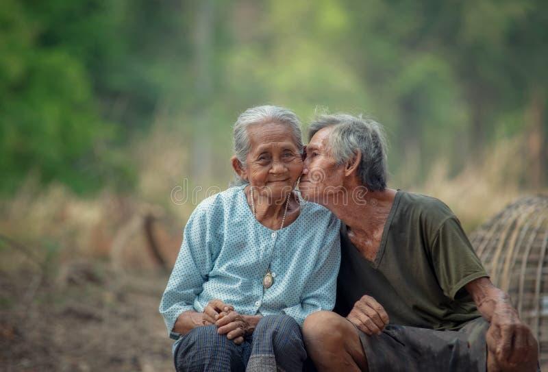 Homme supérieur embrassant sa femme dans un rural image stock