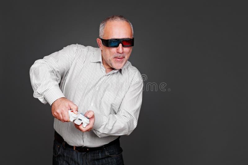 Homme supérieur en glaces 3d jouant en jeu vidéo images stock