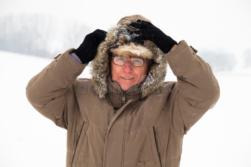 Homme supérieur en hiver photo libre de droits