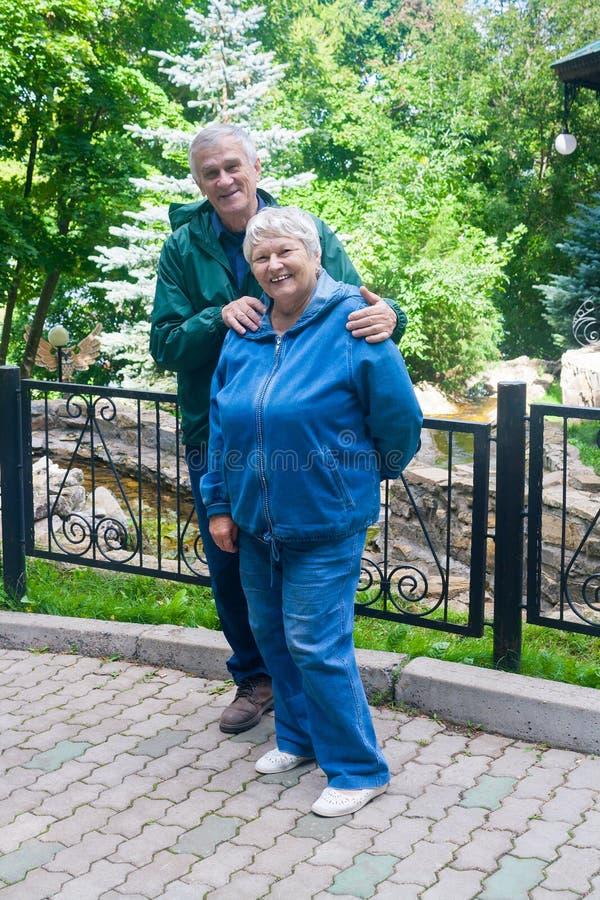 Homme supérieur et femme de sourire photos libres de droits