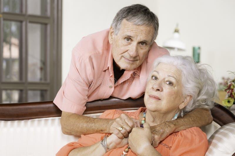 Homme supérieur et femme intéressés ou bouleversés photo stock