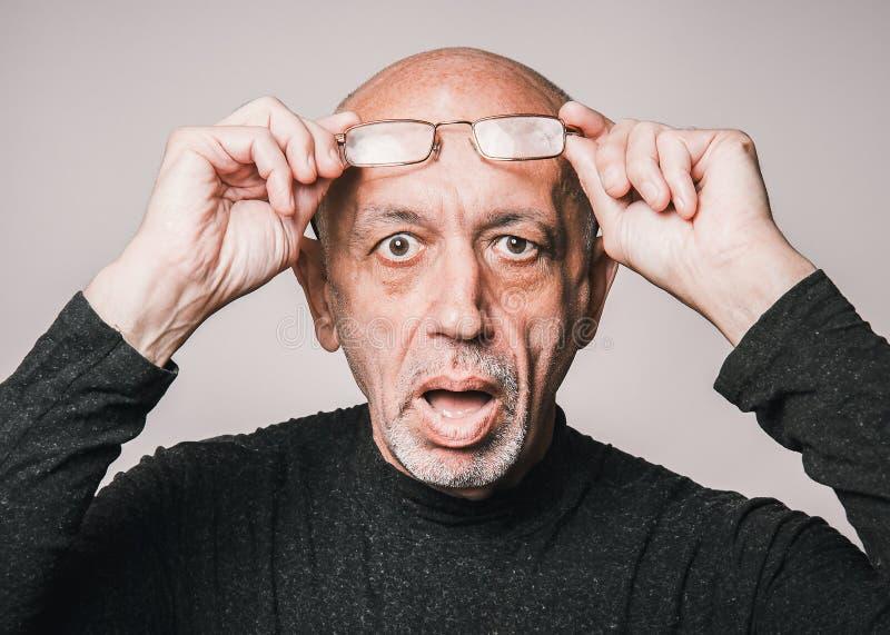 Homme supérieur et plus âgé en verres, semblant choqués image libre de droits