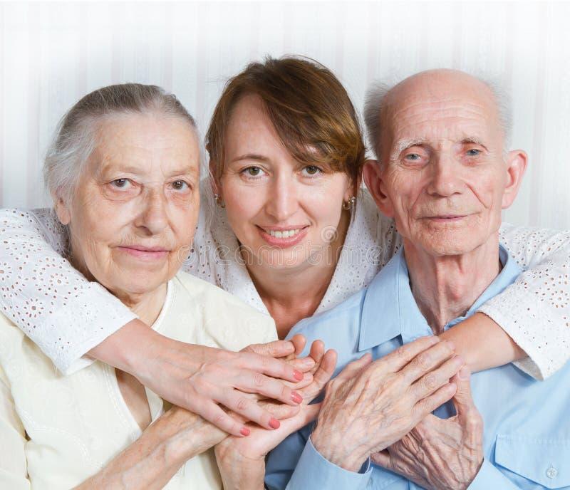Homme supérieur, femme avec leur travailleur social à la maison. photographie stock