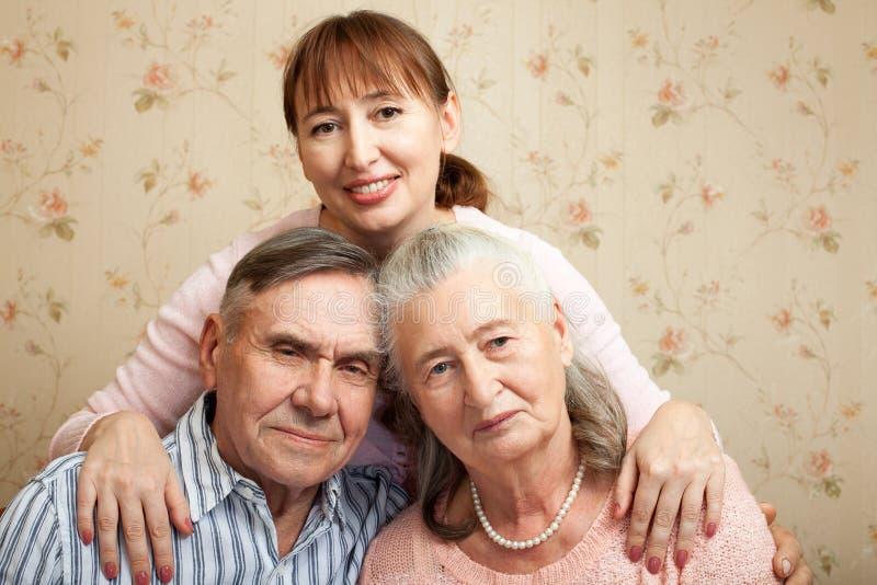 Homme supérieur, femme avec leur travailleur social à la maison image libre de droits