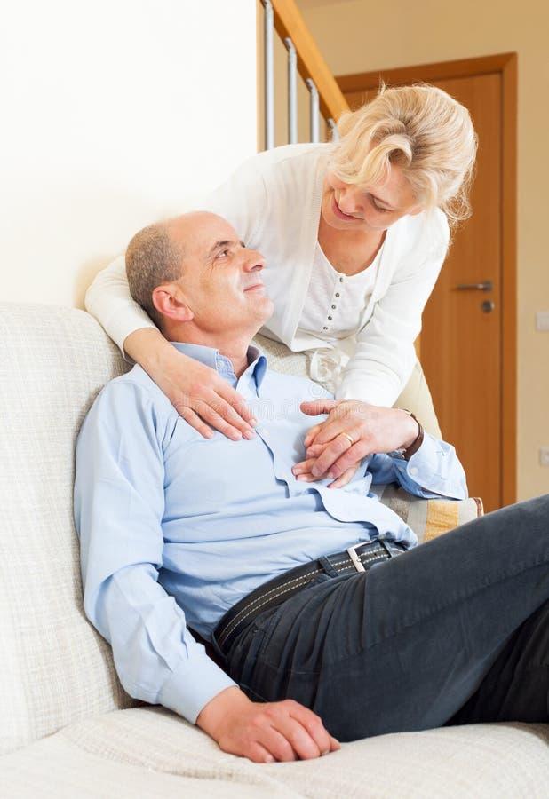 Homme supérieur heureux avec l'épouse mûre image stock