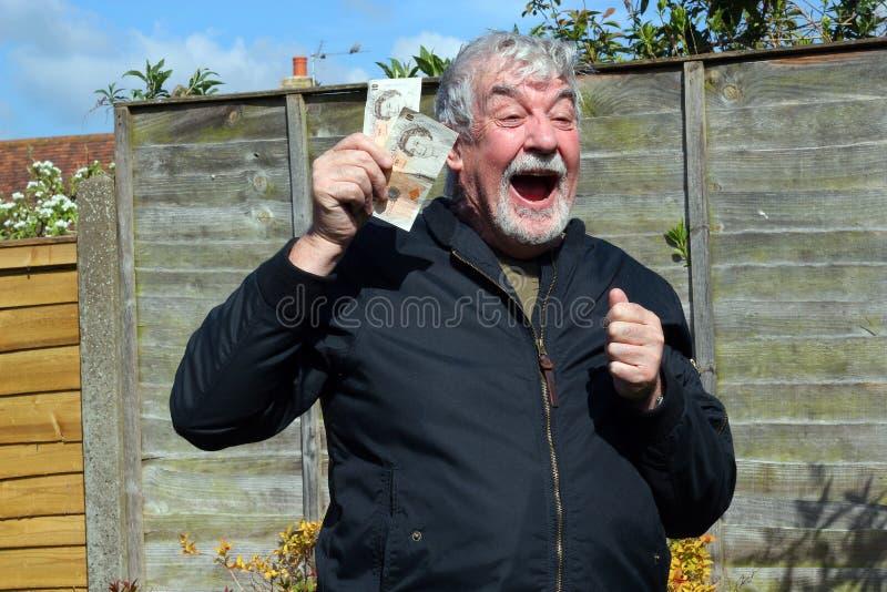 Homme supérieur heureux d'obtenir une certaine somme d'argent images stock