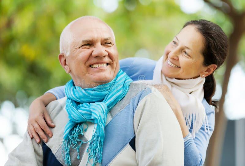 Homme supérieur heureux et femme mûre de sourire images stock