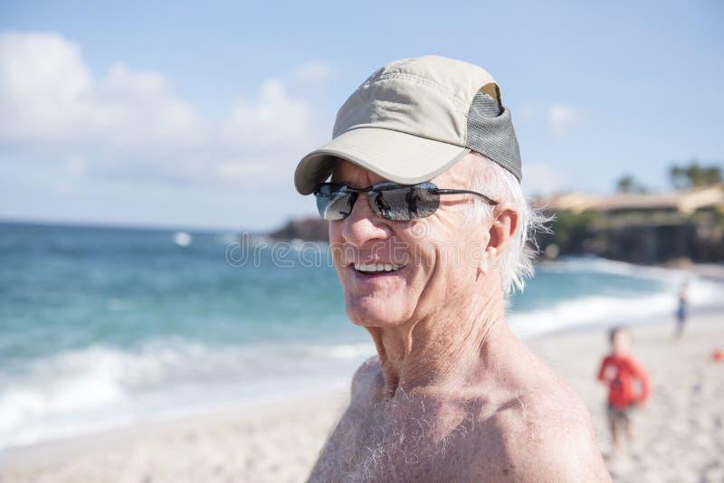 Homme supérieur heureux sur la plage au Mexique image libre de droits