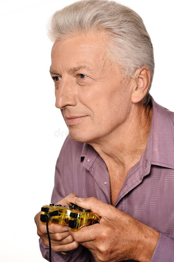 Homme supérieur jouant le jeu vidéo photo stock