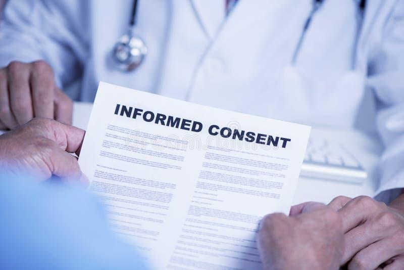 Homme supérieur lisant un consentement éclairé photos libres de droits