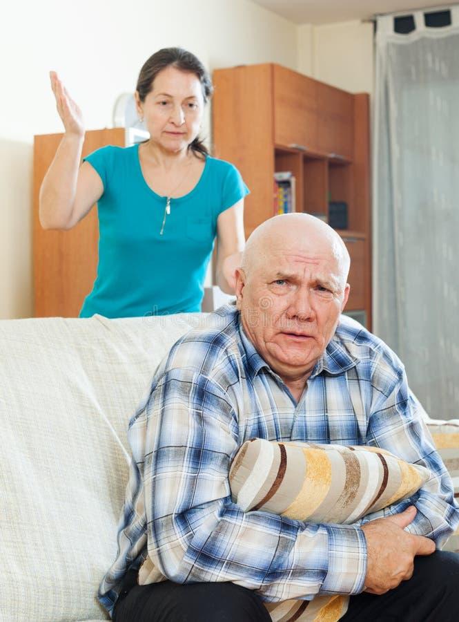Download Homme Supérieur Malheureux Avec L'épouse Fâchée Photo stock - Image du mûr, rapport: 45351320