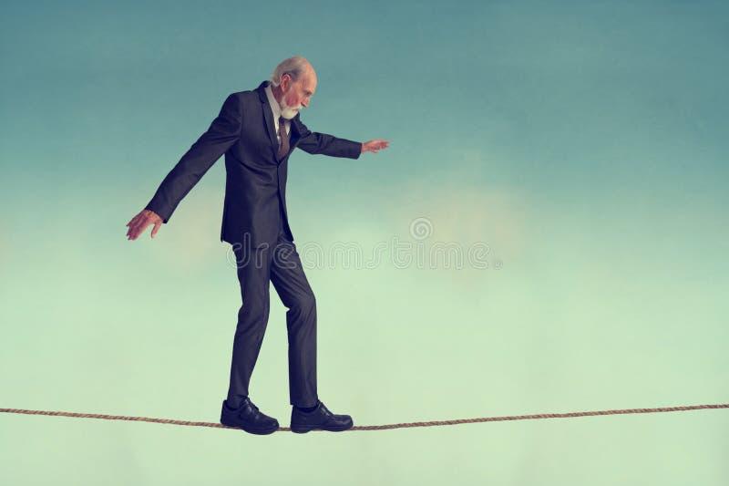 Homme supérieur marchant une corde raide photos libres de droits