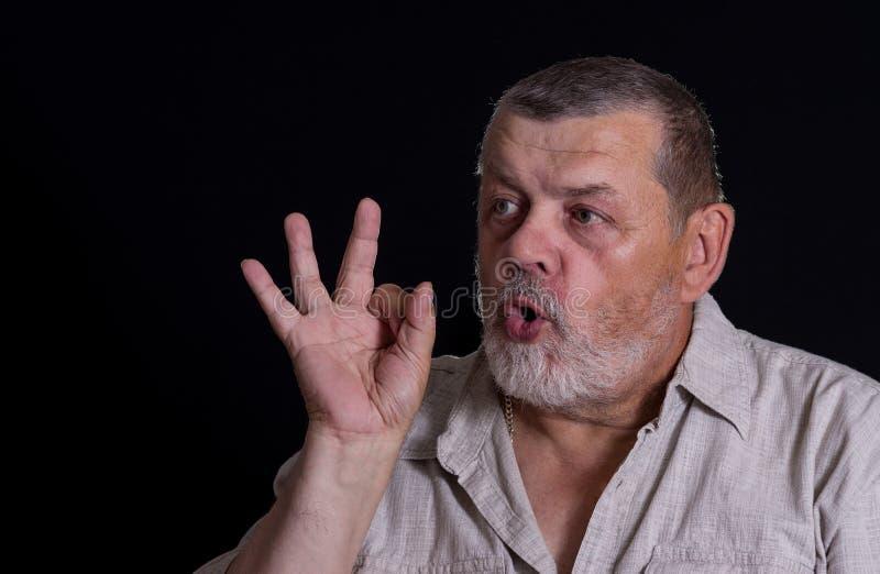 Homme supérieur montrant l'ok de signe photographie stock libre de droits