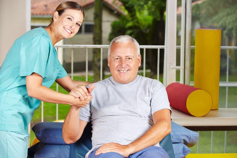 Homme supérieur obtenant la physiothérapie photos stock