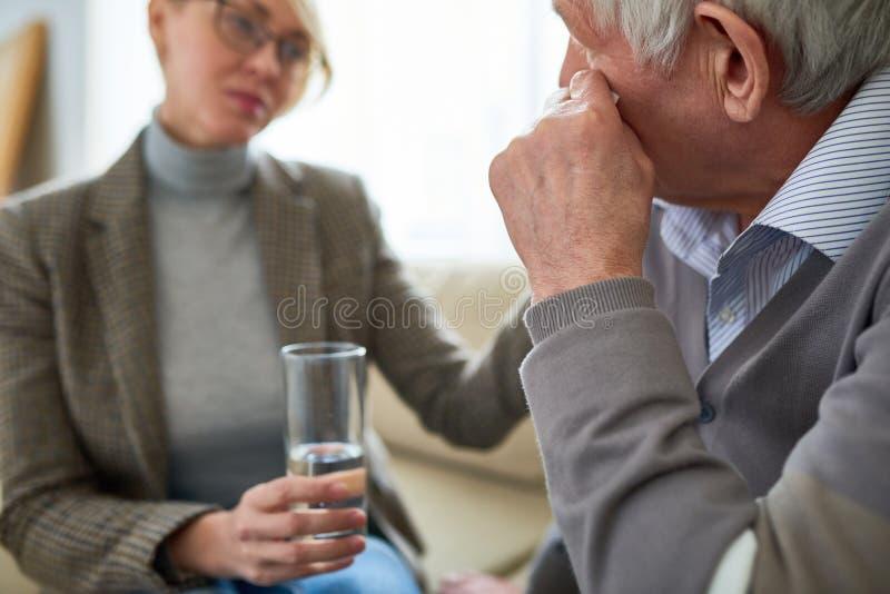 Homme supérieur pleurant dans la thérapie photo stock