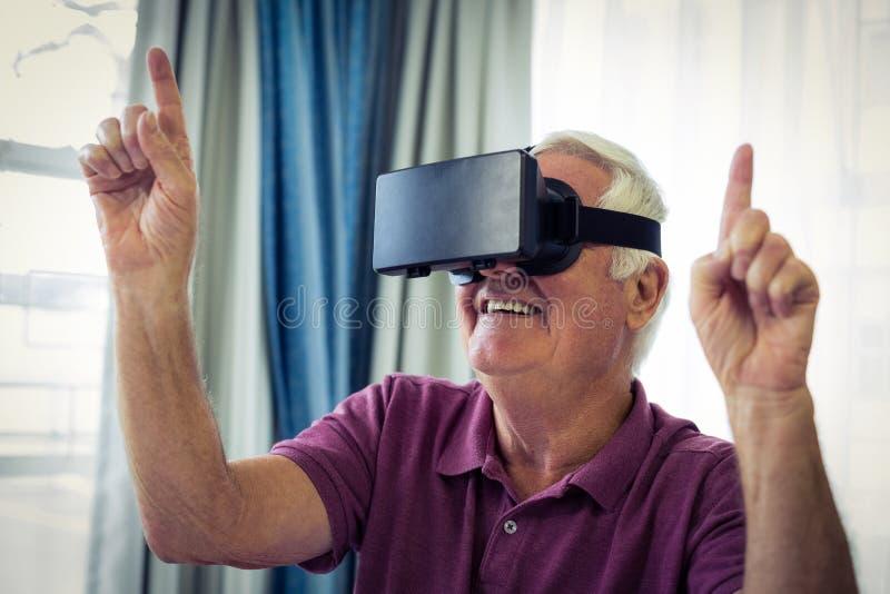 Homme supérieur portant les lunettes virtuelles photos libres de droits
