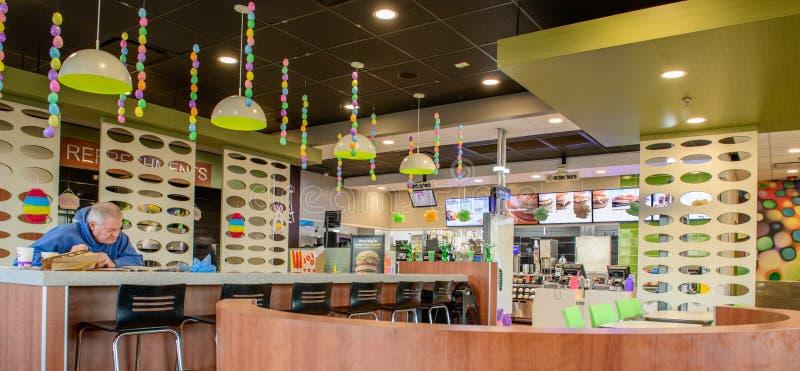 Homme supérieur retiré patronnant un restaurant du ` s de McDonald photos libres de droits