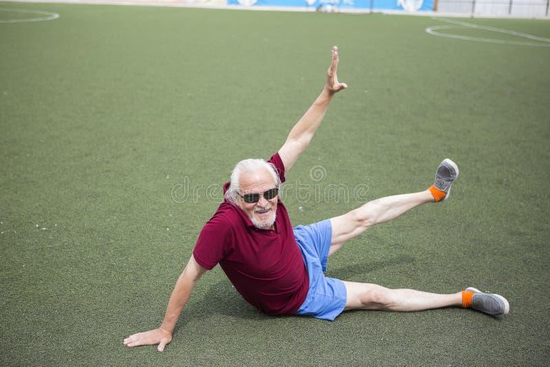 Homme supérieur s'exerçant dans un stade ouvert image libre de droits