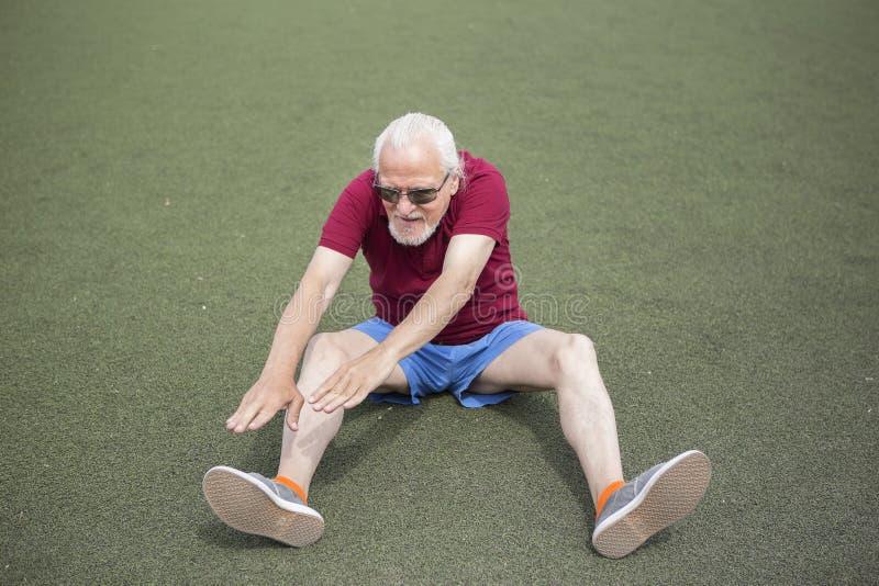 Homme supérieur s'exerçant dans un stade ouvert photographie stock libre de droits