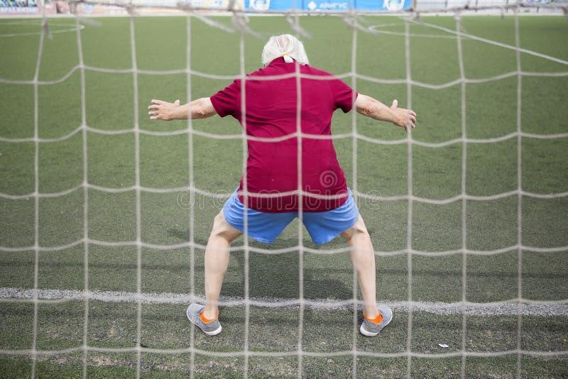 Homme supérieur s'exerçant dans un stade ouvert image stock
