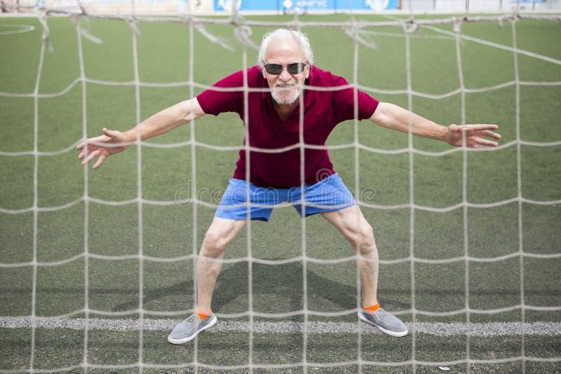 Homme supérieur s'exerçant dans un stade ouvert photos stock