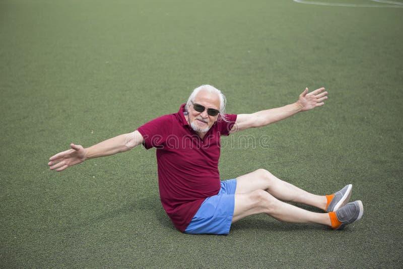 Homme supérieur s'exerçant dans un stade ouvert photographie stock