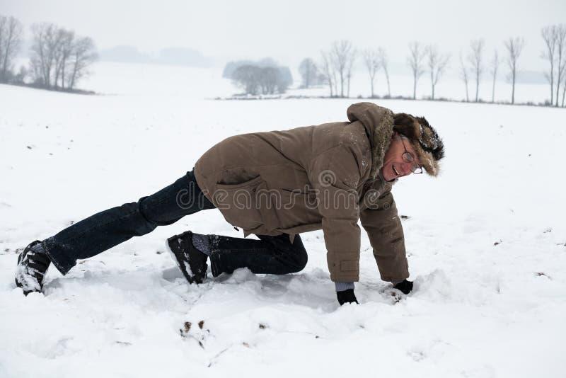 Homme supérieur s'exerçant sur la neige photographie stock libre de droits