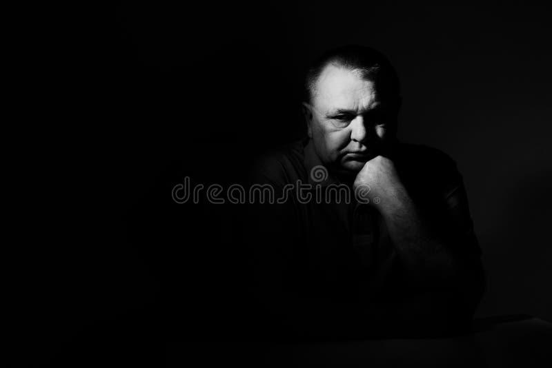 Homme supérieur songeur au-dessus de noir photos libres de droits