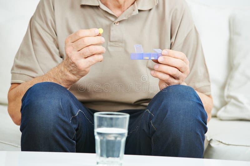 Homme supérieur tenant le médicament photos stock