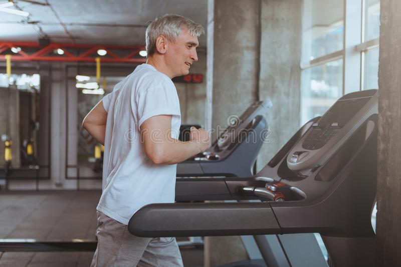 Homme sup?rieur ?tablissant au gymnase images libres de droits
