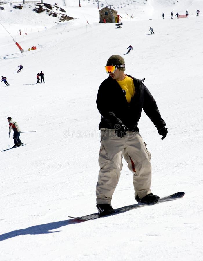 Homme sur des pentes de ski de station de sports d'hiver de Pradollano en Espagne images libres de droits