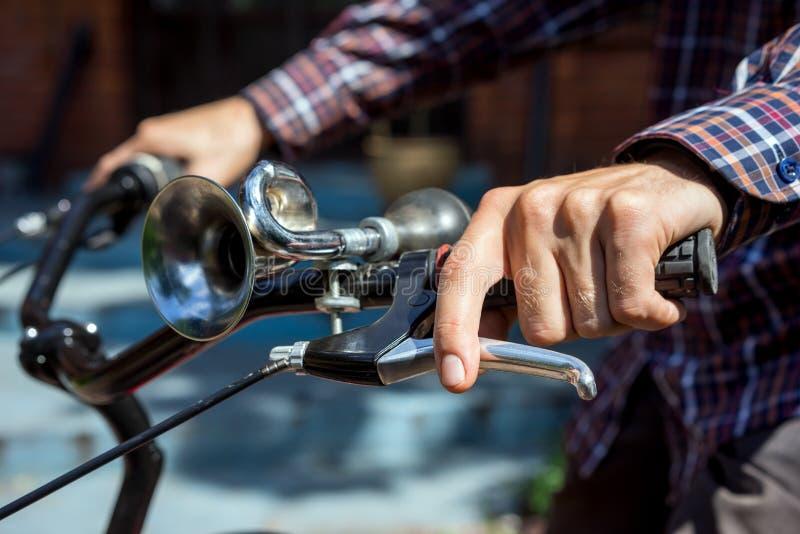 Homme sur des presses de bicyclette sur le frein photos stock