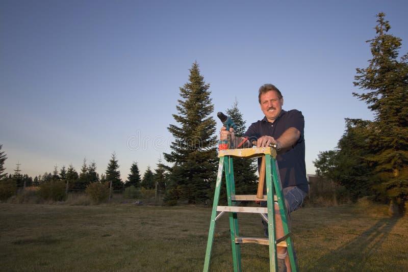 Homme sur l'échelle - horizontale photos libres de droits