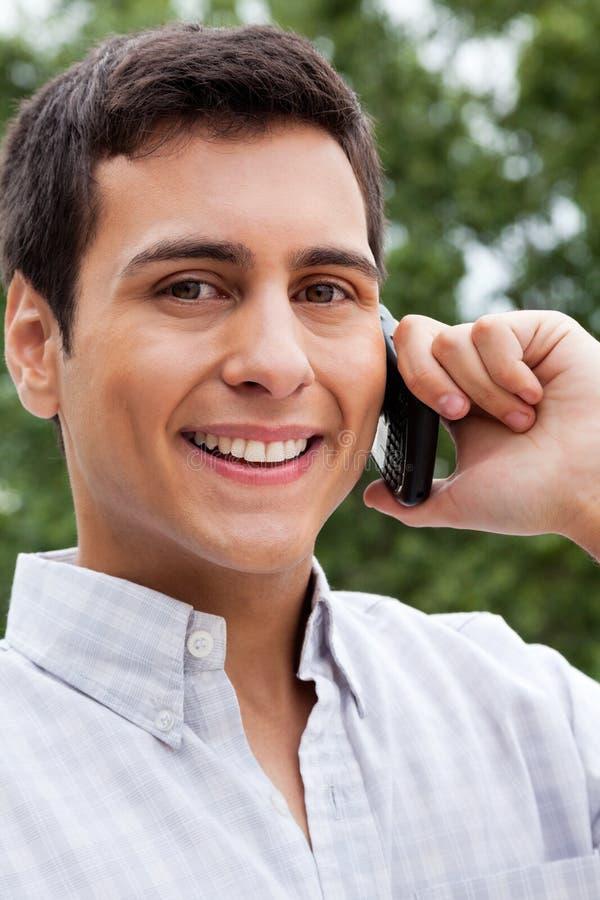 Homme sur l'appel téléphonique photo stock