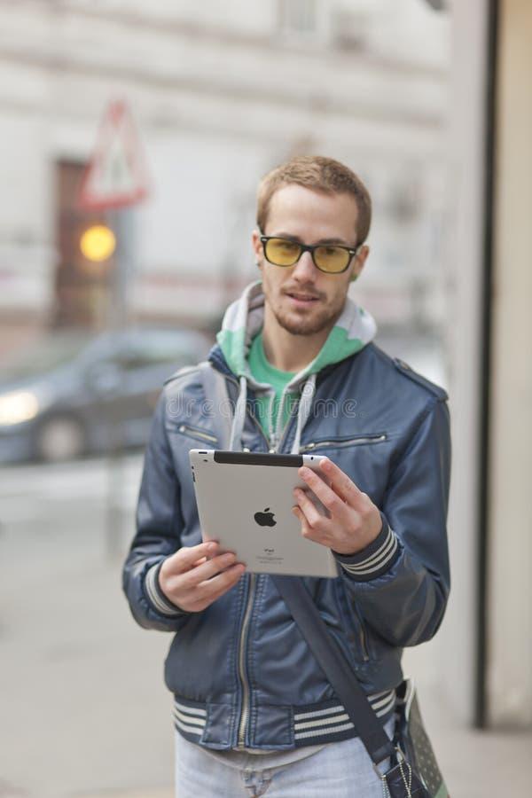 Homme Sur L Ordinateur De Tablette D Ipad D Utilisation De Rue Photo stock éditorial