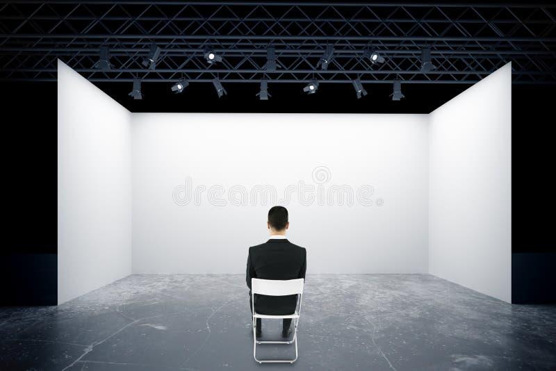 Download Homme Sur La Chaise Regardant L'étape Illustration Stock - Illustration du rendement, mode: 77159040