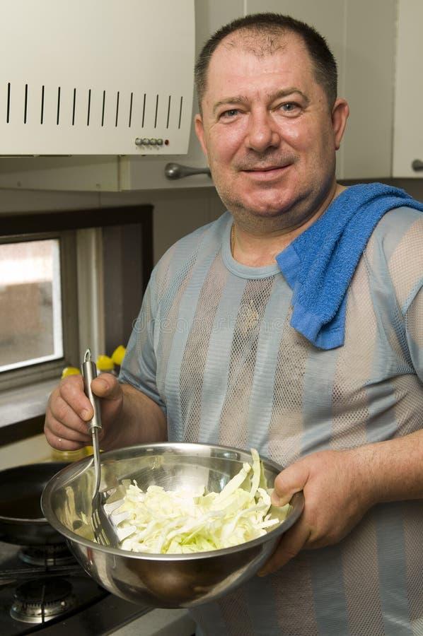 Homme sur la cuisine images libres de droits