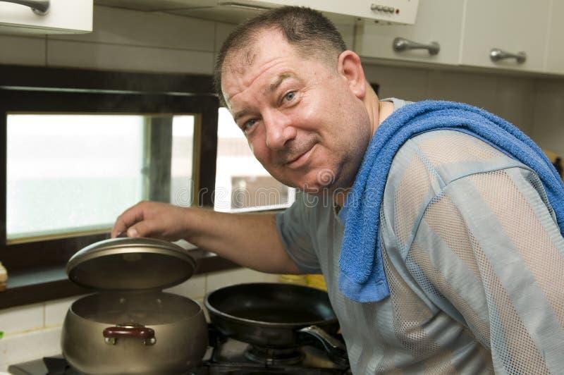Homme sur la cuisine photo stock
