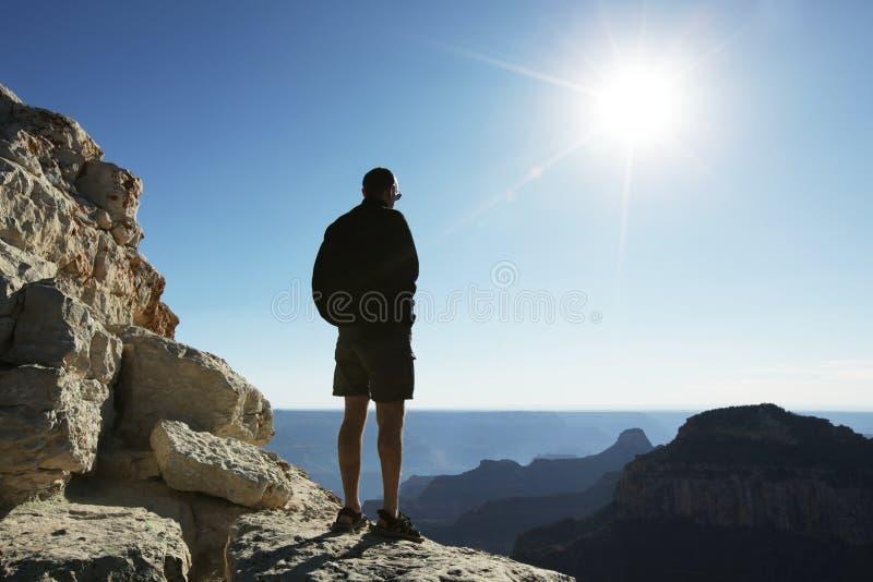 Homme sur la falaise photographie stock